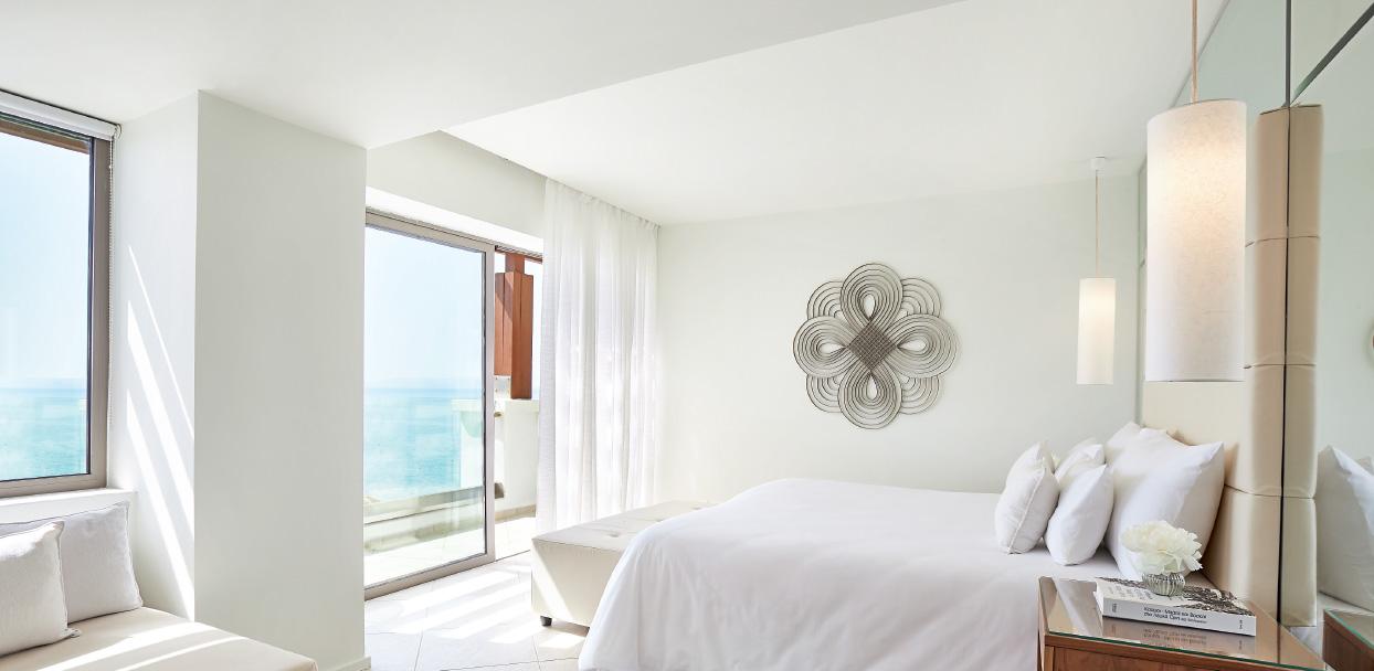 luxury-guestroom-sleeping-quarters-with-amazing-sea-views-in-amirandes