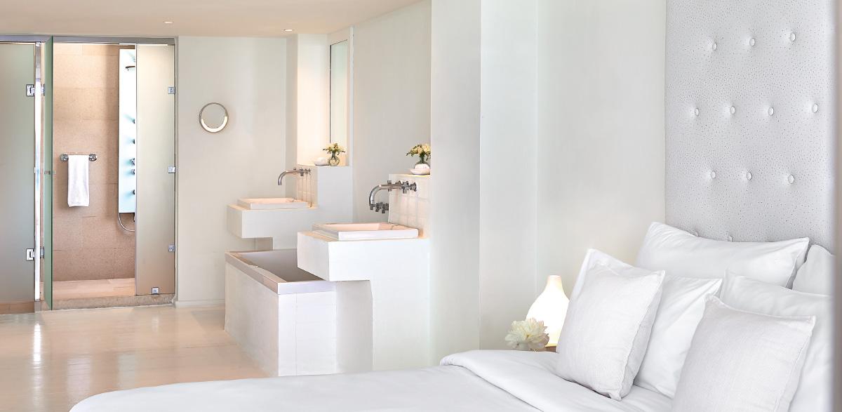05-open-plan-designer-bathroom-in-one-bedroom-grand-suite