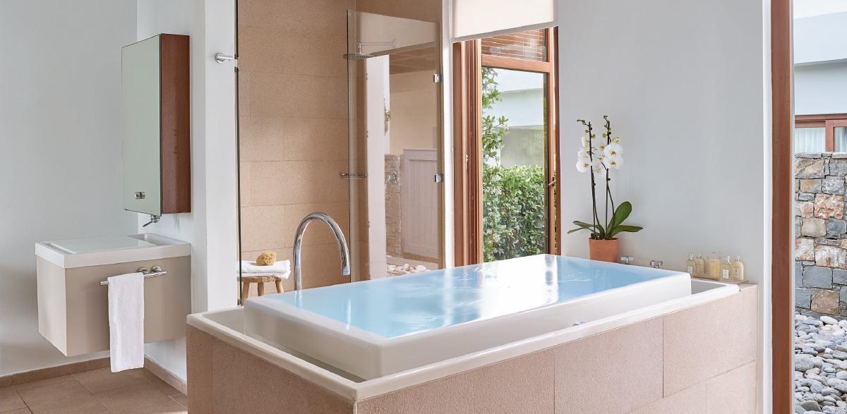 01-junior-presidential-villa-with-pool-bathroom-in-amirandes